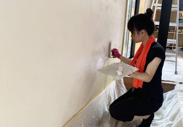 DIYで珪藻土を塗る女性