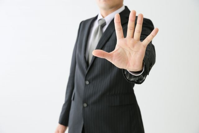 手を広げた男性